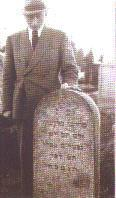 1945: Salo Blechner at the tombstone of his father